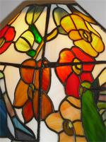 מנורת טיפאני עם פרחים אדומים וצהובים