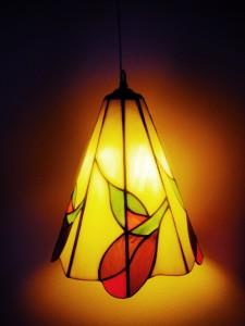 מנורת ויטראז תלוייה מעל לשידה בסלון