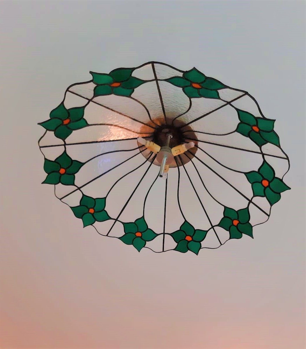 מנורת ויטראז לתקרה, מנורת טיפאני תלוייה עם פרחים ירוקים