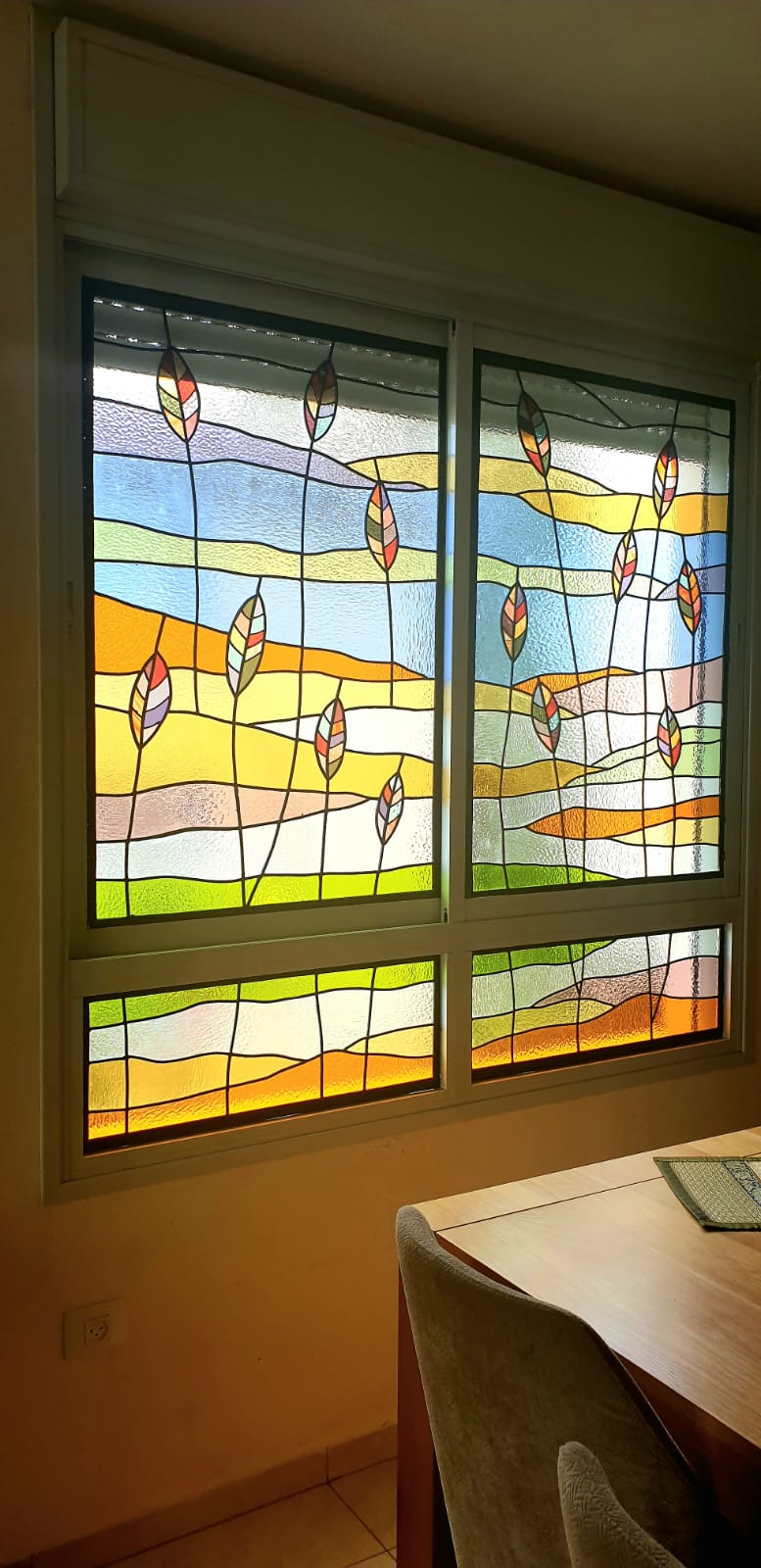 חלונות מעוצבים ליד שולחן האוכל