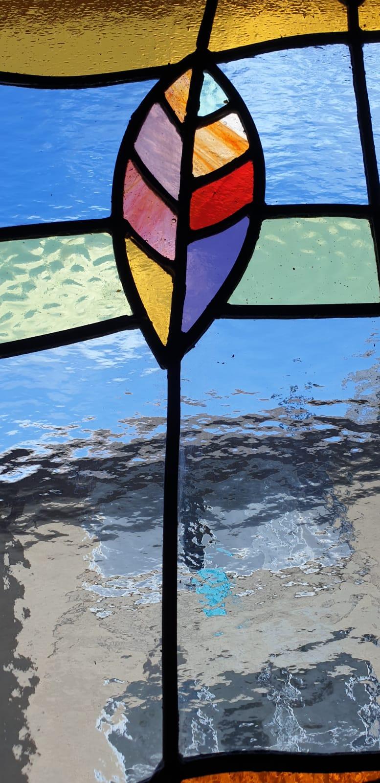 מבט מקרוב על מרקם הזכוכית בחלון הויטראז