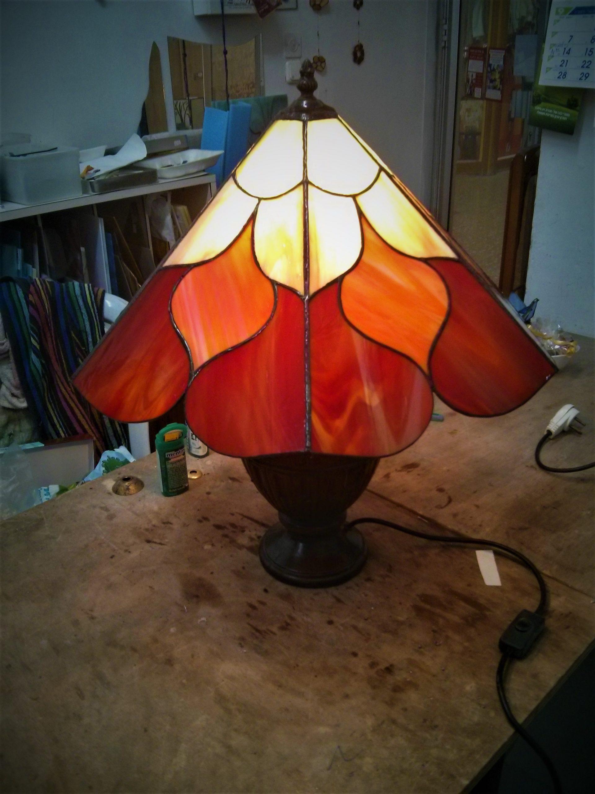 מנורת ויטראז עומדת על רגל